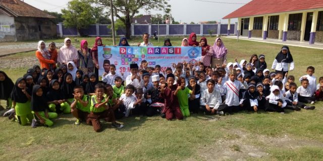 Kepala Sekolah SDN Tegal Sari Ajarkan Kebersihan Kepada Siswa
