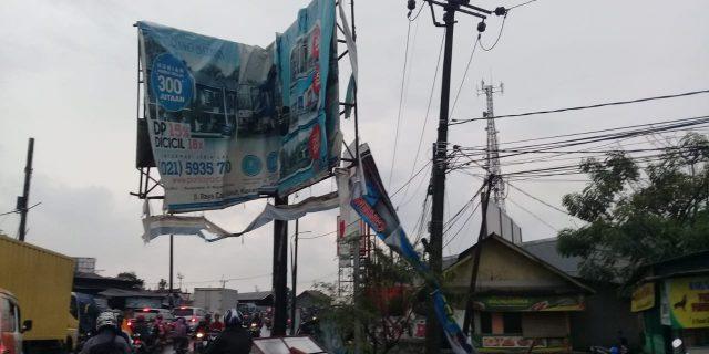 Hujan Angin Hantam Pohon Dan Reklame