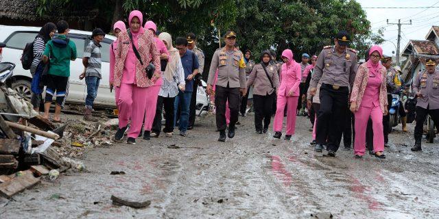 Ketua Bhayangkari Daerah Banten, Berikan Bantuan kepada Warga Pengungsi di Kec. Sumur