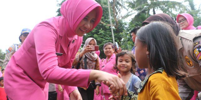 Ketua Bhayangkari Daerah Banten, laksanakan Kegiatan Trauma Healing di Posko Pengungsian