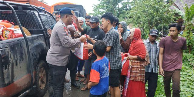 Satgas Brimob Nusantara Buka Dapur Lapangan untuk Korban Tsunami di Banten