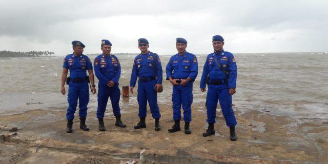 Hujan Tidak Menjadi Halangan Ditpolairud dalam Penyisiran Korban Tepi Pantai