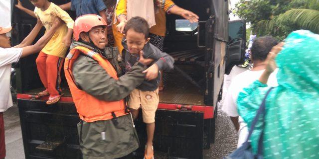 Brimob Nusantara Satgas Aman Nusa II Padeglang Evakuasi Warga Terkena Tsunami