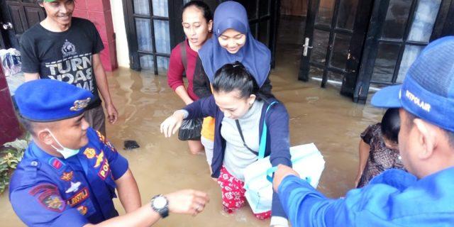 Polda Banten Bantu Evakuasi Warga Yang Terendam Banjir di Wilayah Desa Kalang Anyar
