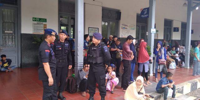 Satuan Brimob Polda Banten lakukan pengamanan Di Stasiun Kereta Api