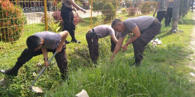 Personil Brimob Polda Banten Laksanakan Gotong Royong