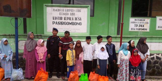 Peduli Sosial Satbrimobda Banten Salurkan Zakat di Lebak