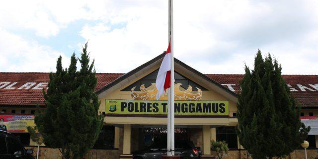 Polri Berduka, Polres Tanggamus Gelar Shalat Ghoib dan Bendera Setengah Tiang