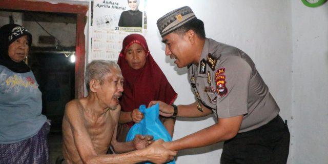Isak Tangis Salim Menerima Bantuan Zakat dari Personil Polda Banten