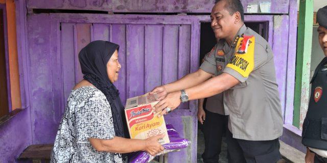 Tingkatkan Rasa Kemanusiaan, Karo Ops Polda Banten Bagikan Sembako