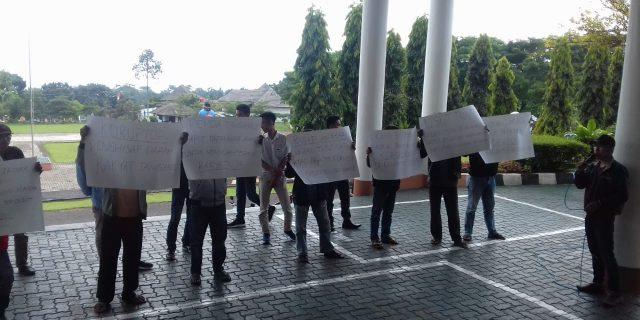 Gerakan Masyarakat Memantau Unjuk Rasa Dikantor bupati tanggamus