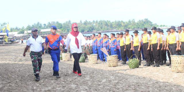 Peringati HPSN, Ditpolairud Polda Banten Bersihkan Sampah Sekitar Pesisir Pantai dan Laut