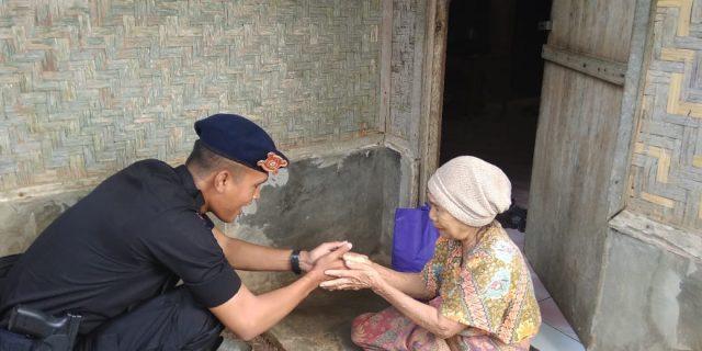 Satbrimob Polda Banten Salurkan Bantuan ke Masyarakat Lebak