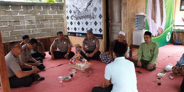 Sambang Kamtibmas, Kabid Humas Kunjungi Ponpes Al – Falah Curuq, Pimpinan KH. Ghozin