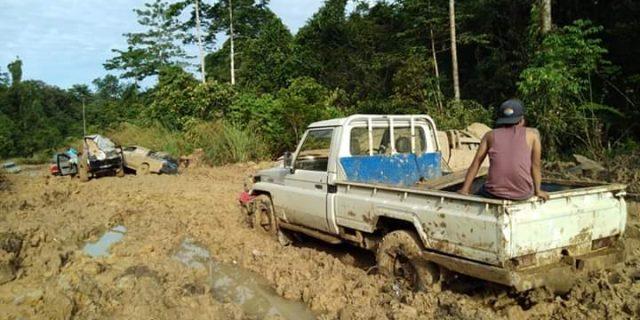 Akibat Jalan Dipapua Barat Rusak Perjalanan Masyarakat Terhambat