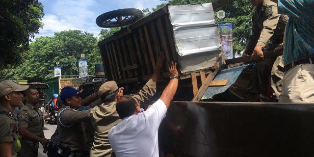 Takut Ditangkap Satpol PP Penjual Es Tebu Melarikan Diri