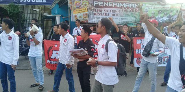 Relawan Jokowi-Ma'ruf amin Gelar Aksi Simpatik Di Gerbang Citra Raya