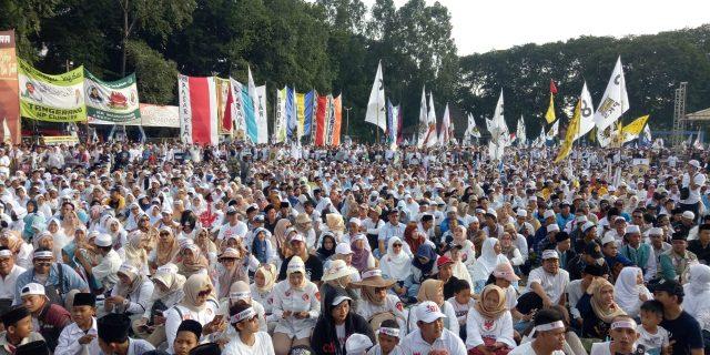 Pendukung Prabowo-Sandi Padati Alun Alun Kota Tangerang