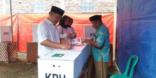 Wakil Bupati Tangerang Lakukan Hak Pilih Di TPS 01 Tempat Kediamanya