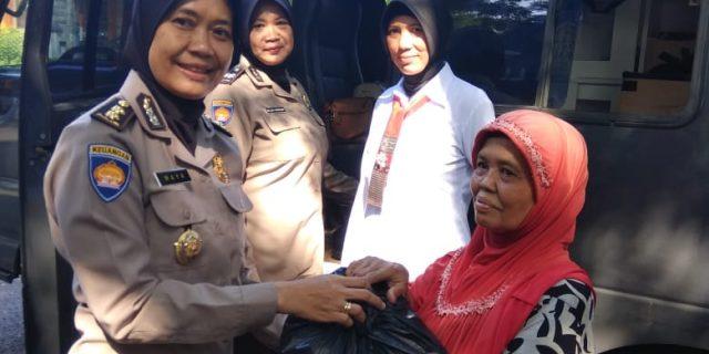 Peringati Hari Kartini, Polwan Adakan Kegiatan Bhakti Sosial dan Pengobatan Gratis