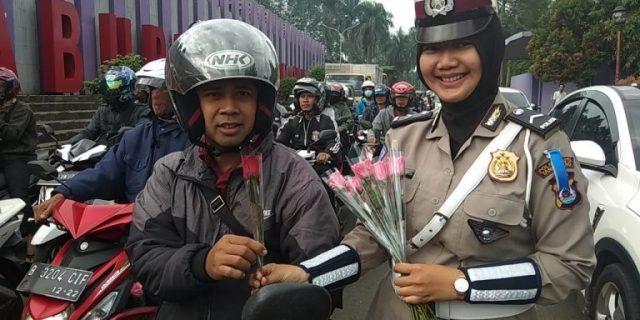 Operasi Keselamatan, Polresta Tangerang Bagikan Cokelat dan Bunga kepada Pengendara
