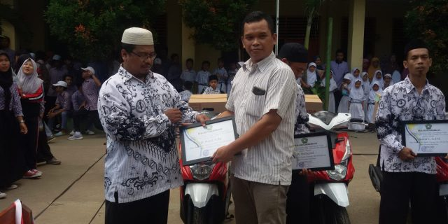 Yayasan Pendidikan Islam Nurul Hikmah Berikan Motor Kepada Guru Berprestasi