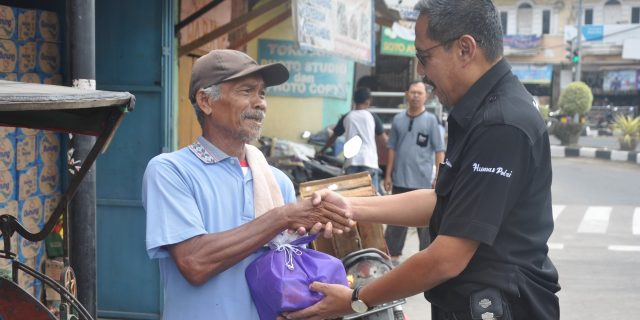 Puluhan Petugas Becak Terima Bantuan Sembako dari Jum'at Barokah Polda Banten