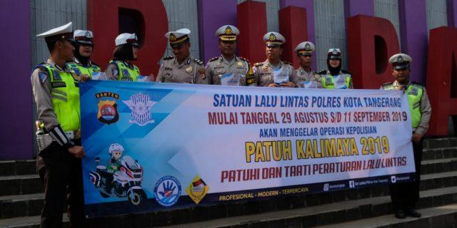 Operasi Patuh Kalimaya 2019,  Satuan Lalu Lintas Polresta Tangerang Bentangkan Spanduk Himbauan