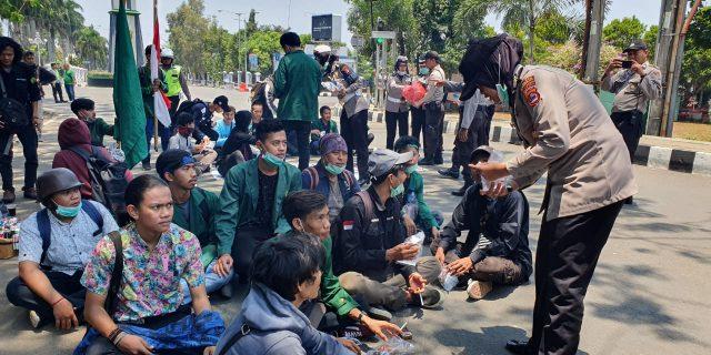 Keakraban Polri dan Mahasiswa Saat Aksi Unjuk Rasa Damai di Pandeglang