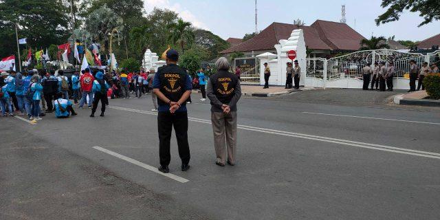 Bidokkes Polda Banten Siaga dalam aksi unjuk rasa para buruh