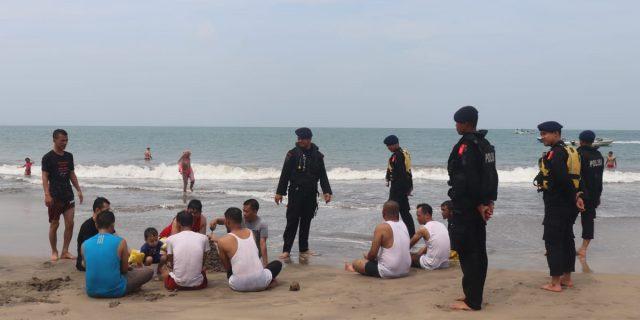Pelihara Keamanan, Satbrimob Polda Banten Patroli SAR Wisata di Pantai Anyer
