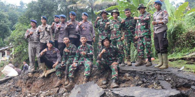 Sinergitas Polri dan TNI  Evakuasi Warga Yang Terisolir dan Membuka Akses Jalan