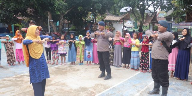 Satbrimobda Banten, Ikuti Trauma Healing Bersama Anak Anak Korban Banjir di Sajira