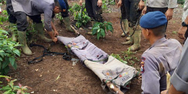 Personil Sat Brimob Polda Banten Evakuasi Warga Yang Pingsan
