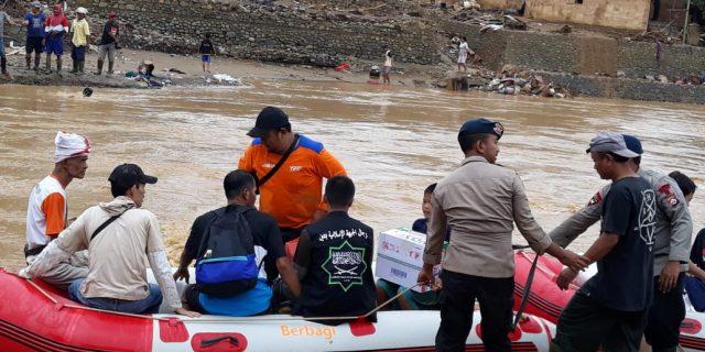 Kerahkan Perahu Karet, Satbrimob Polda Banten Bantu Evakuasi Warga Terdampak Banjir di Lebak