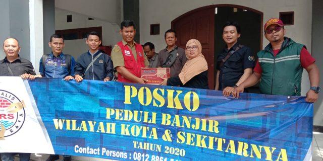 Posko peduli Banjir JTR Dan SMSI Kota Tangerang Salurkan Bantuan Kepada Korban Banjir Di Teluknaga