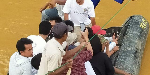 Dirpolairud Terjunkan Rubber Boat, Bantu Evakuasi Warga Terdampak Banjir Bandang di Lebak Banten