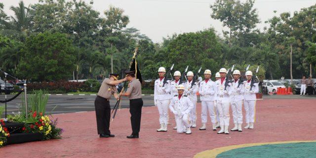 Penyerahan Pataka Warnai Upacara welcome dan farewell parade Kapolda Banten