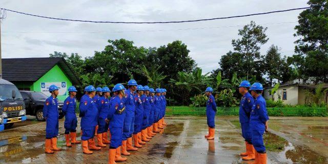 Dengan Rasa Semangat Prajurit Bhayangkara Terus Beri Bantuan Kepada Korban Banjir