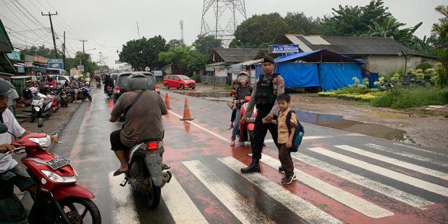 Wujudkan Keamanan Di Jalan, Personil Ditsamapta Polda Banten Rutin Atur Lalu Lintas di Pagi Hari