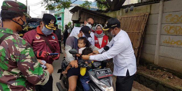 Camat Sindang Jaya dan PMI Kec Sindang Jaya Bagikan 500 Paket Masker Sabun Gratis