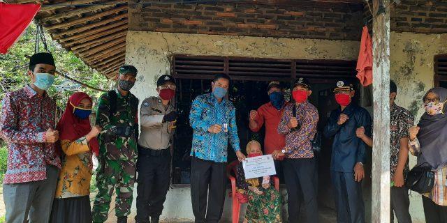 Secara Simbolis Camat Sindang Jaya Serahkan BLT Dana Desa Kepada Warga Sindang Sono