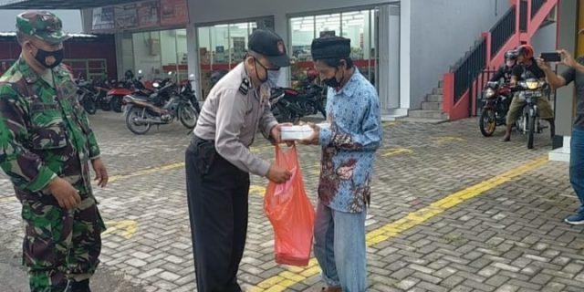 Polsek Kedung Banteng Bagikan Takjilan dan Masker Kepada Pengguna Jalan