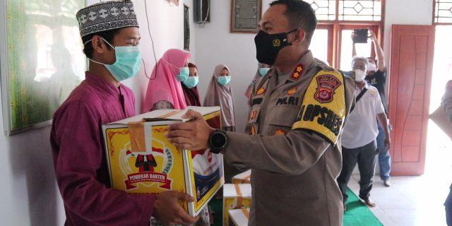 Datangi Ponpes Tadibul Ahkam, Kapolres Serang Salurkan Bansos PPKM Level 3