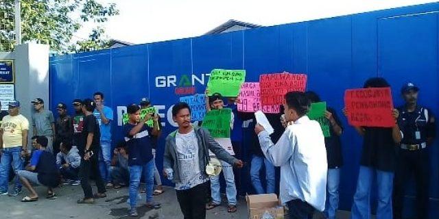 Warga Suka Asih Kecamatan Pasarkemis Demo PT ECOS JAYA