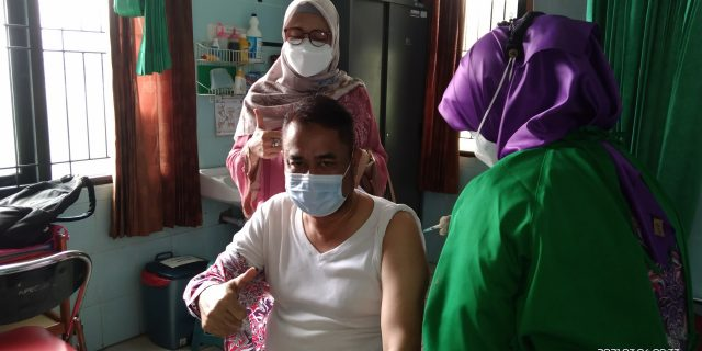 Camat Sindang Jaya Beserta Staf Laksanakan Suntik Vaksin Covid 19